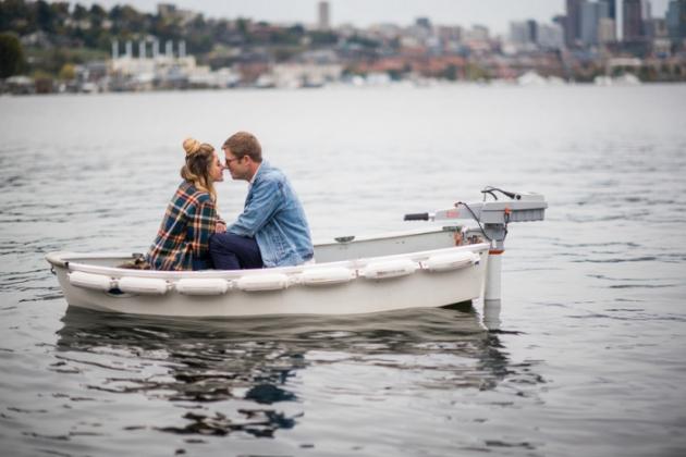 Romantiškas vaikino ir merginos pasiplaukiojimas valtimi