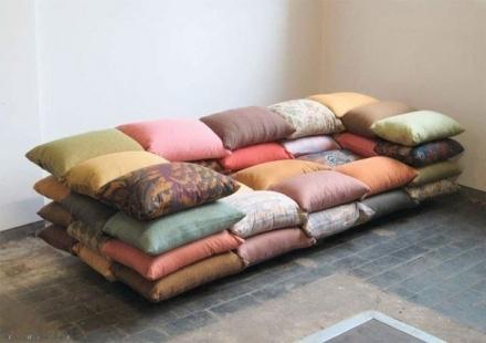 Netikėta sofa iš pagalvių